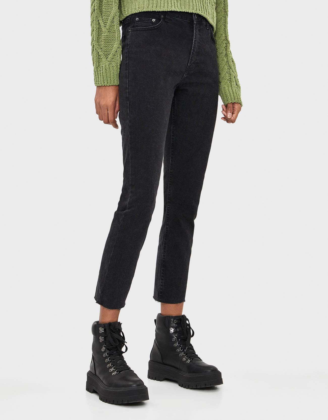 Укороченные джинсы облегающего кроя ЧЕРНЫЙ Bershka