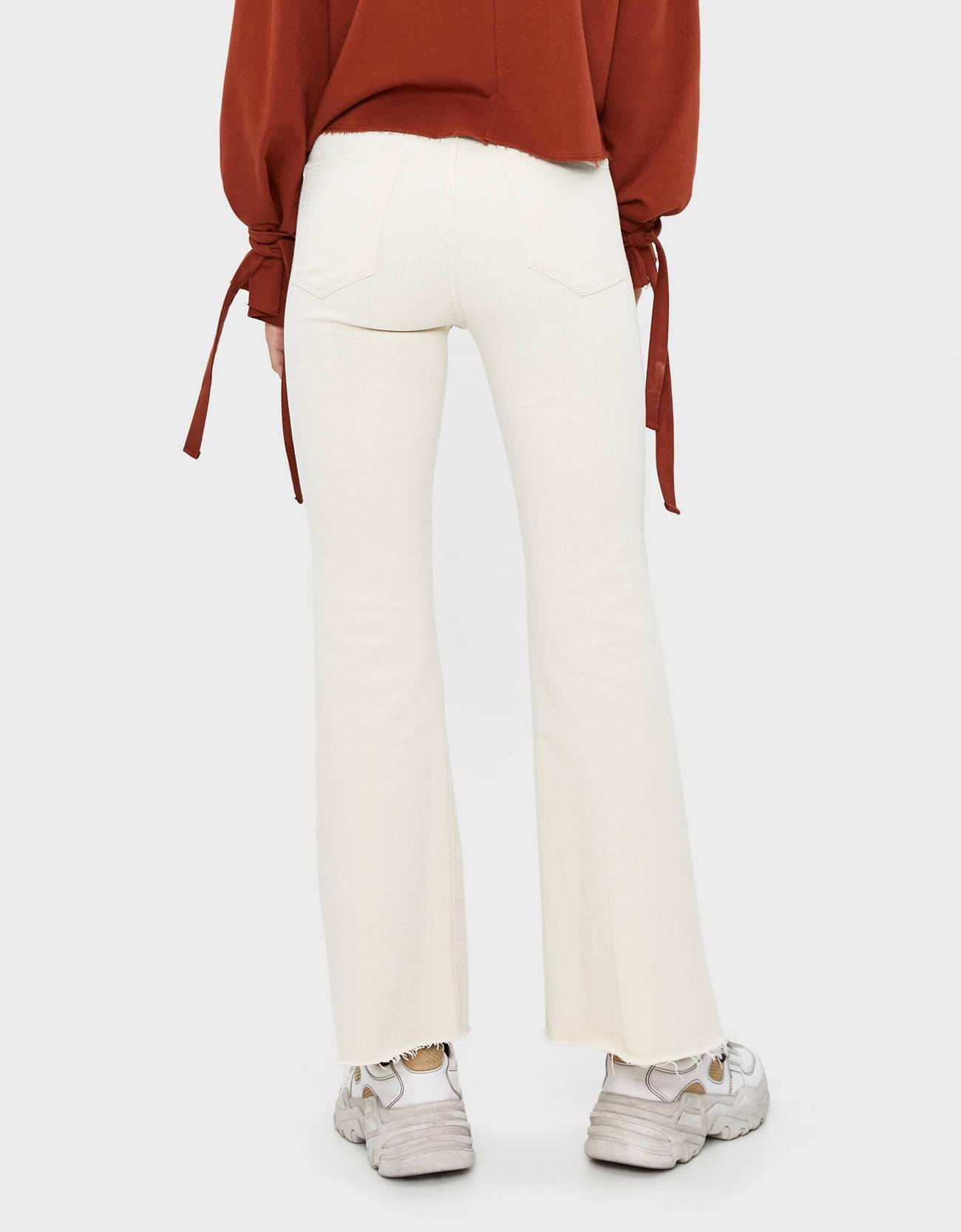 Расклешенные брюки из твила Бежевый Bershka