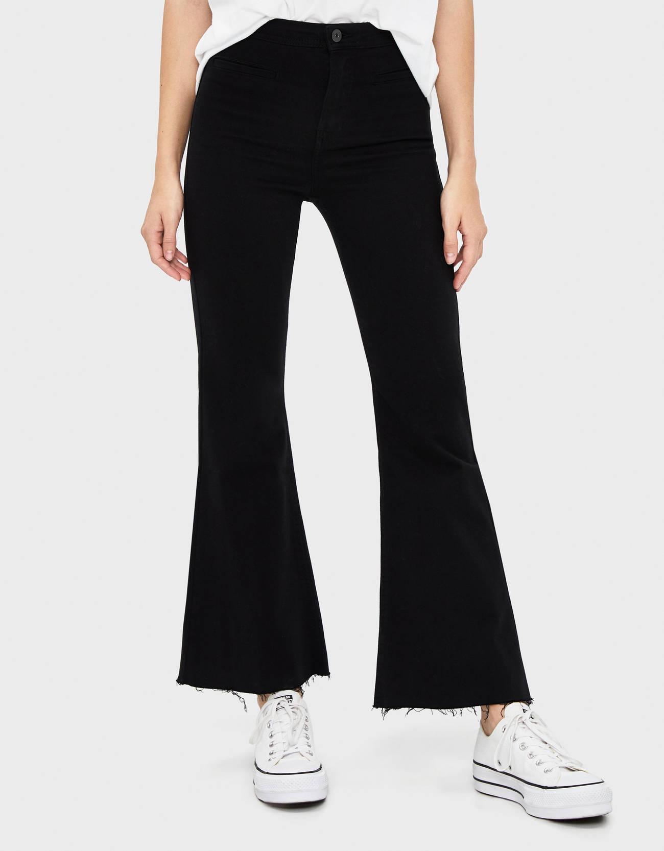 Расклешенные брюки из твила ЧЕРНЫЙ Bershka