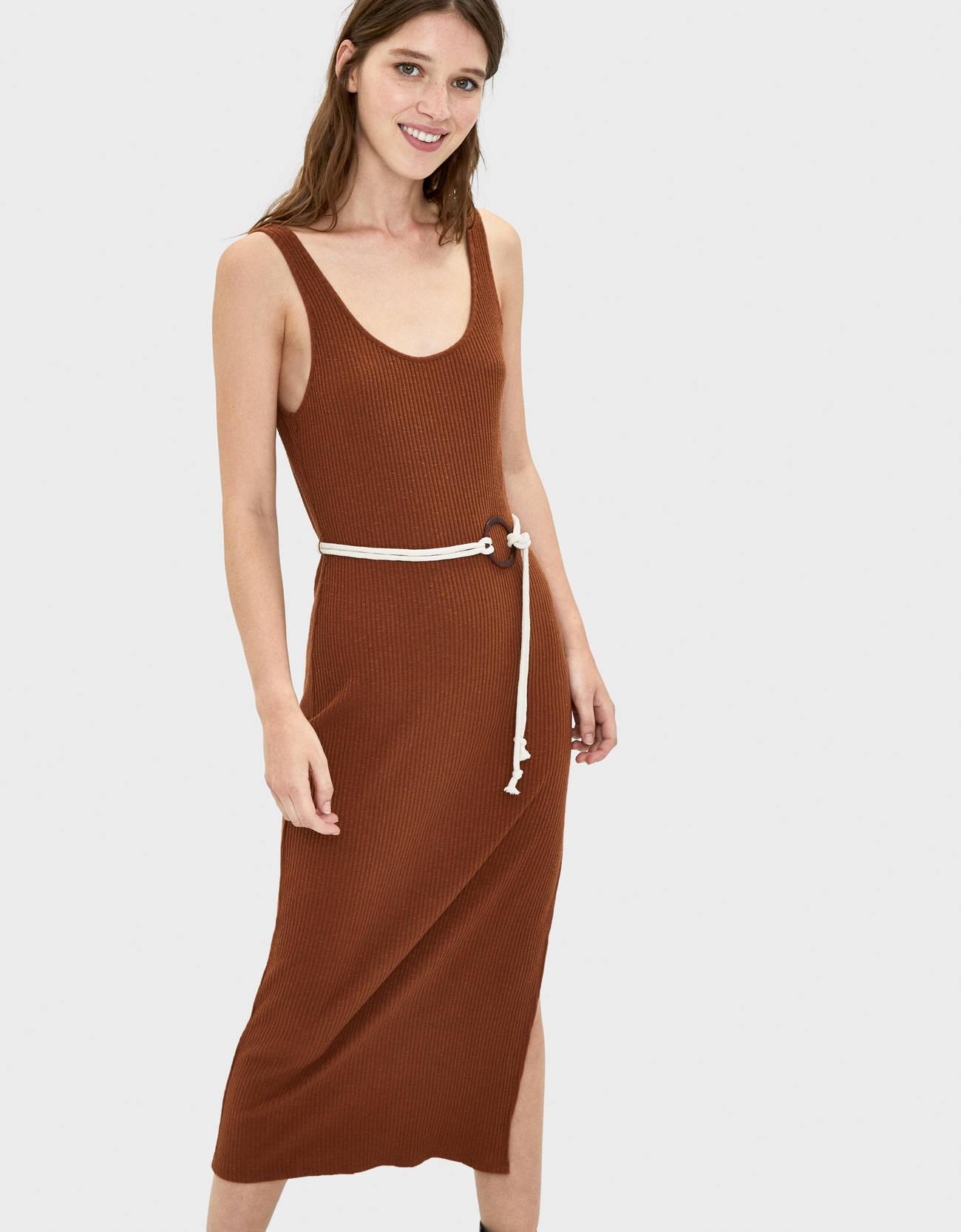 Платье миди с поясом Κоричневый Bershka