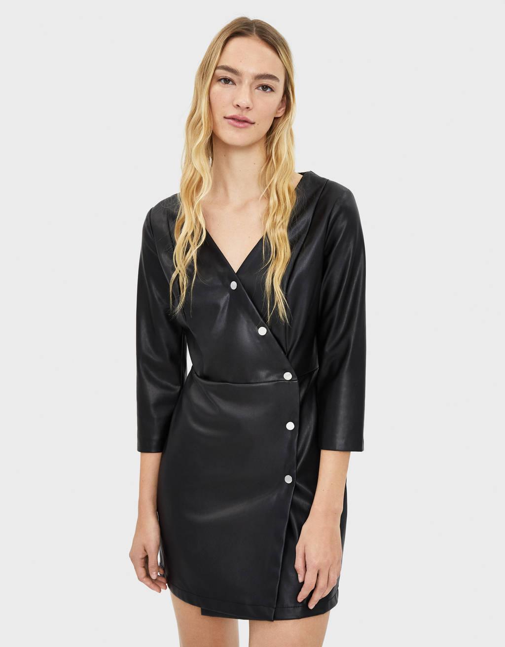 Kleid aus Kunstleder mit Knöpfen