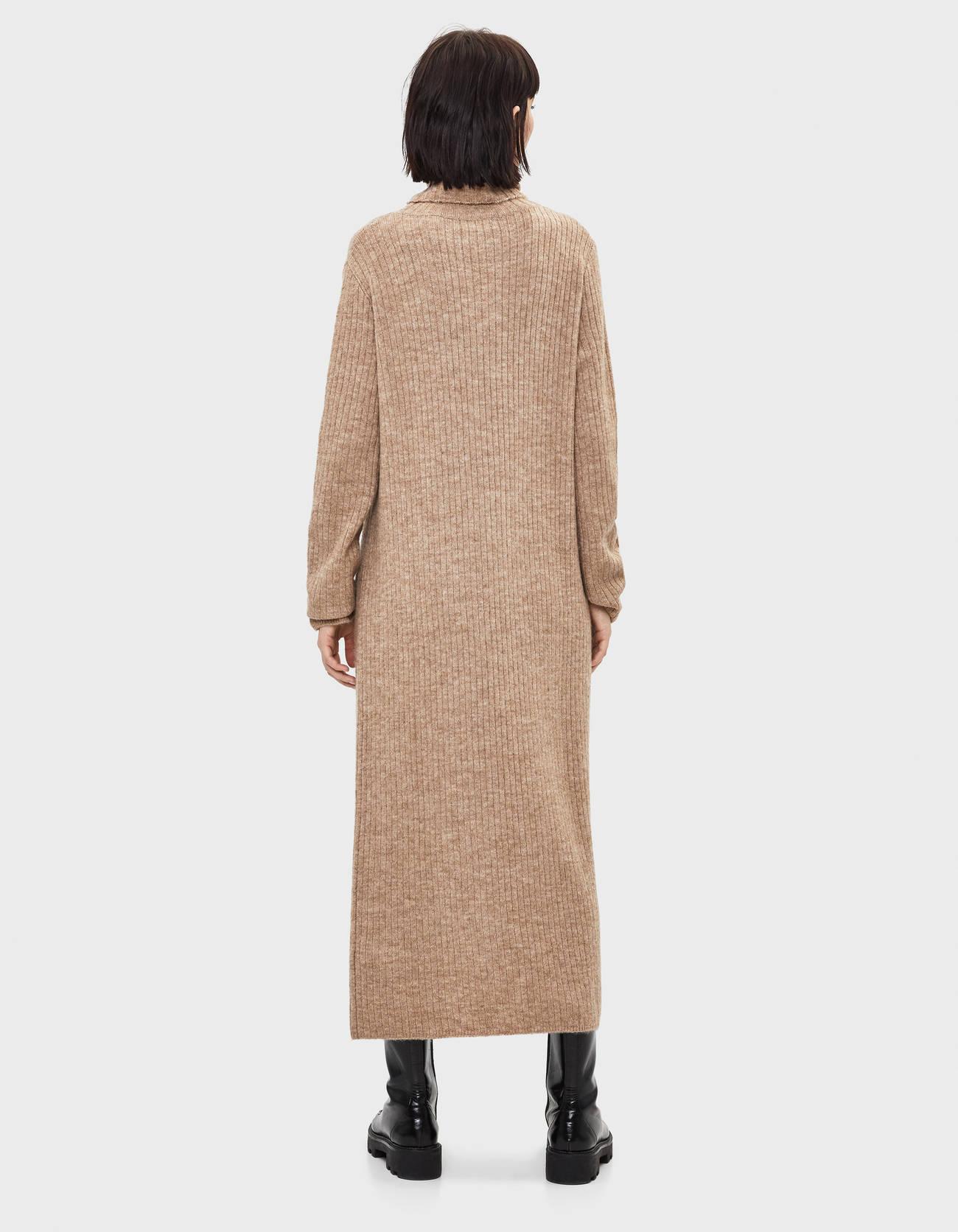 Длинное платье с воротником-стойкой Верблюжий Bershka