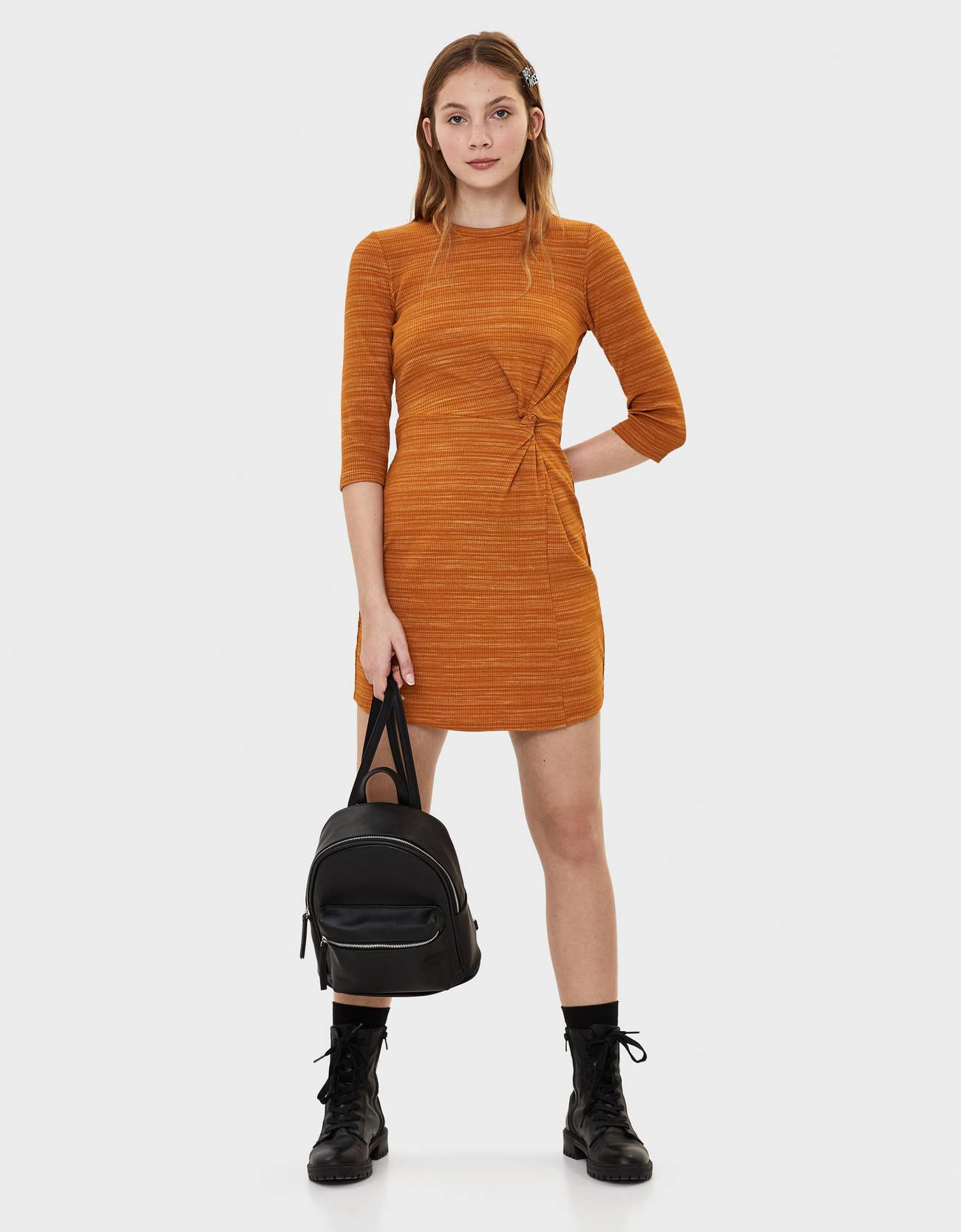 Короткое платье со сборками ГОРЧИЧНЫЙ Bershka
