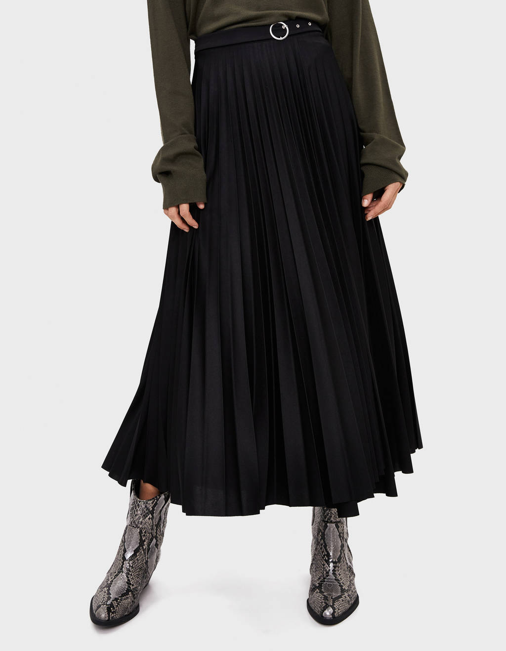 Pleated skirt with buckle