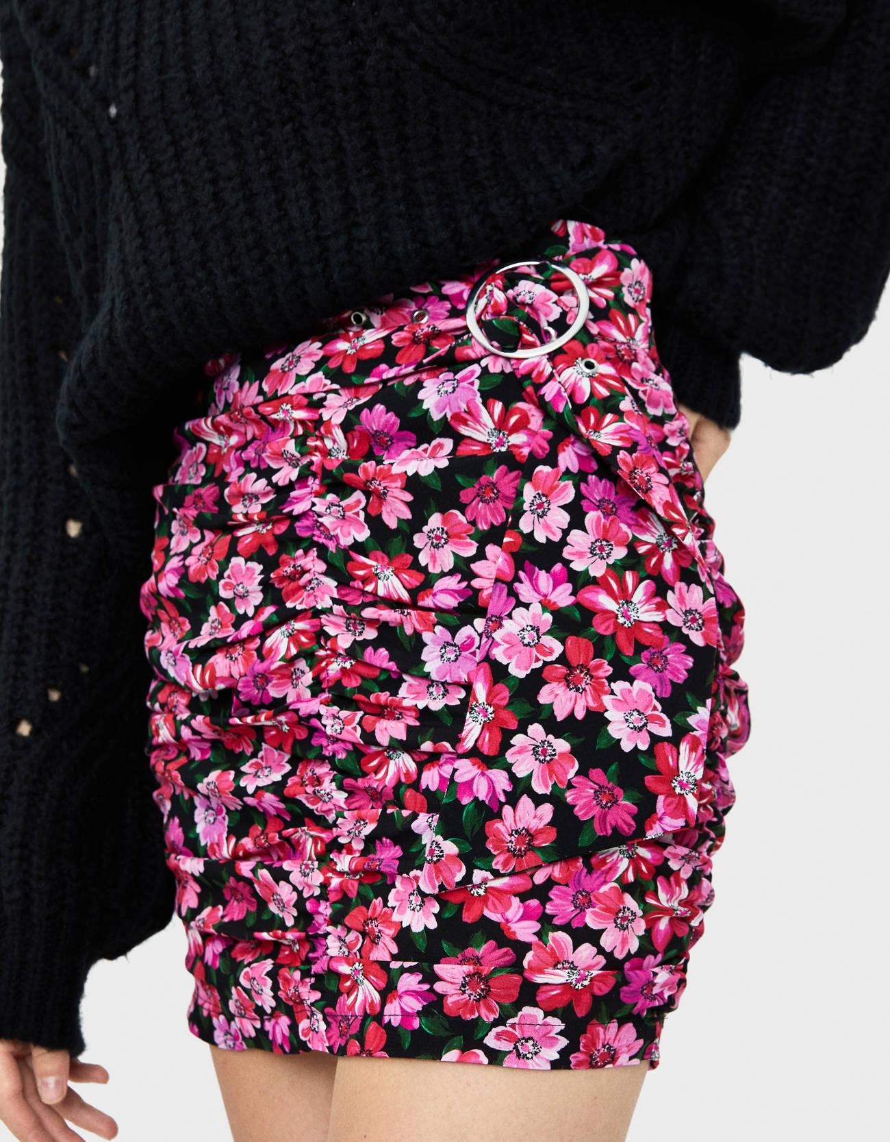Юбка с цветочным принтом и поясом ЧЕРНЫЙ Bershka