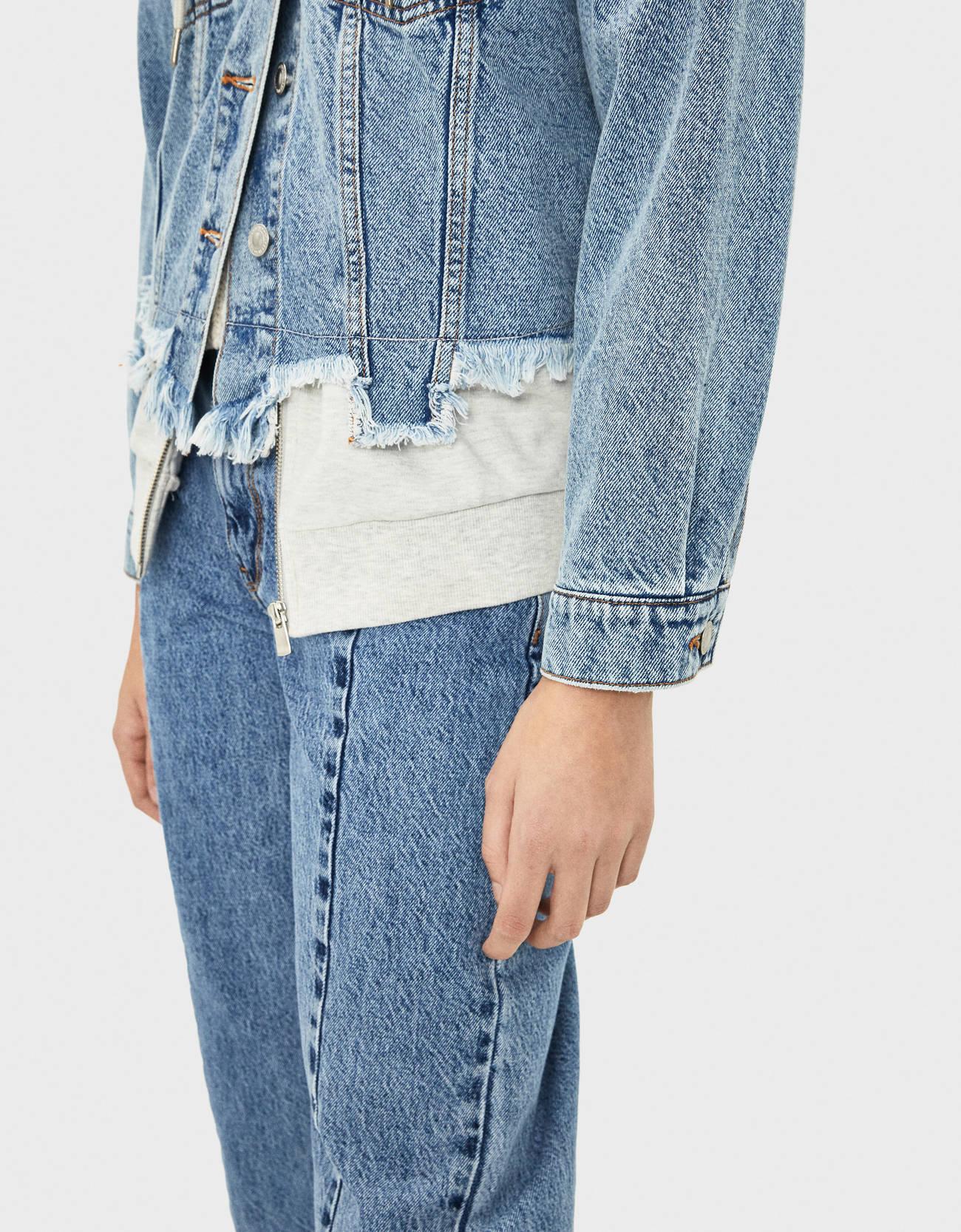 Джинсовая куртка с контрастными вставками из мягкой ткани Синий застиранный Bershka