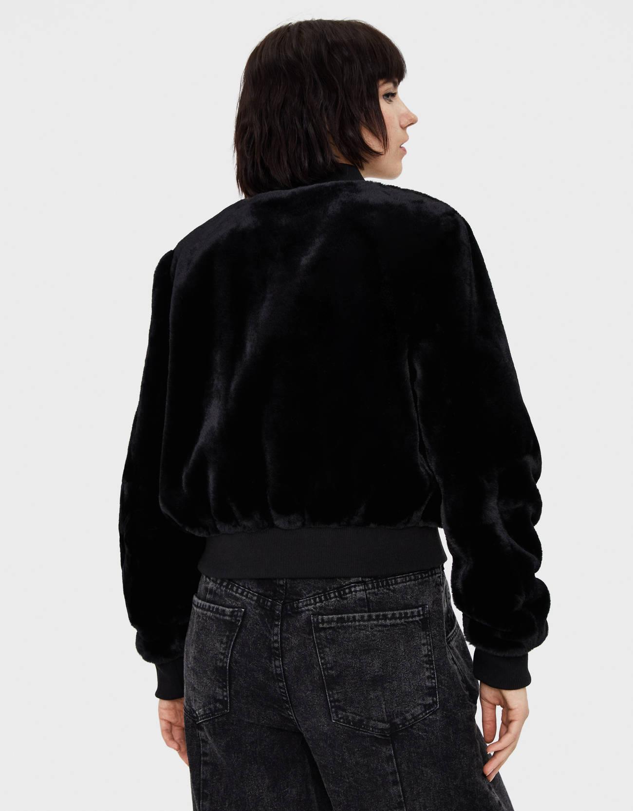 Куртка-бомбер из искусственного меха ЧЕРНЫЙ Bershka