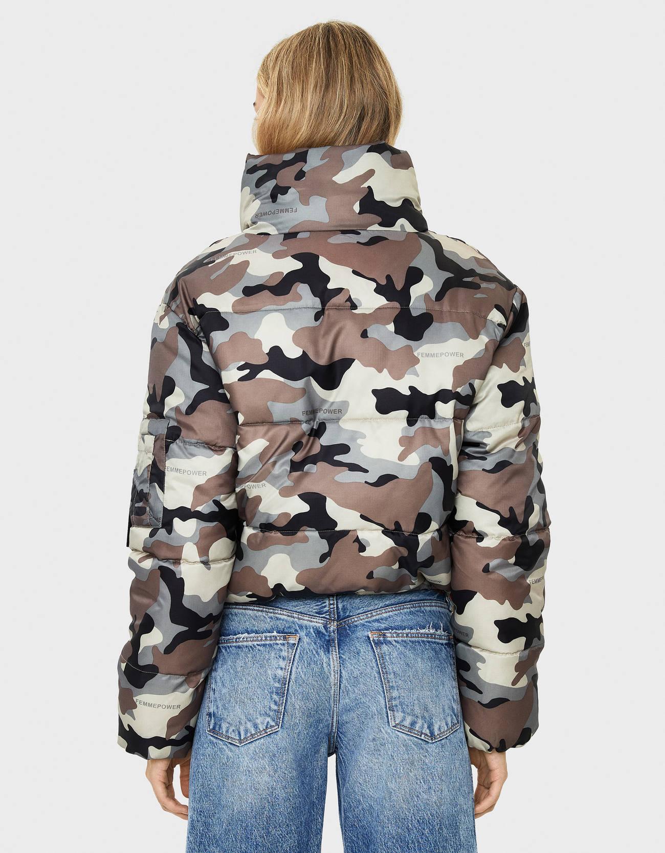 Стеганая куртка с камуфляжным принтом БЕЖЕВЫЙ Bershka