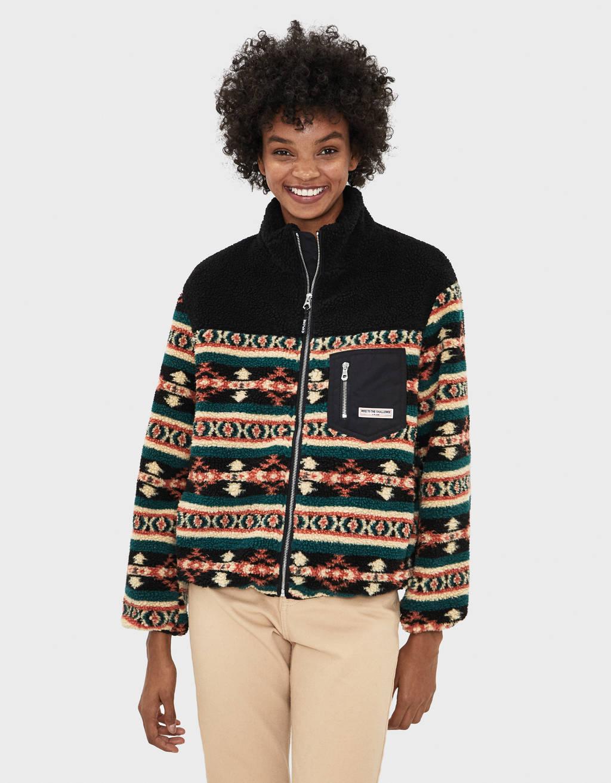 Jacke aus Lammfellimitat mit geometrischem Print.