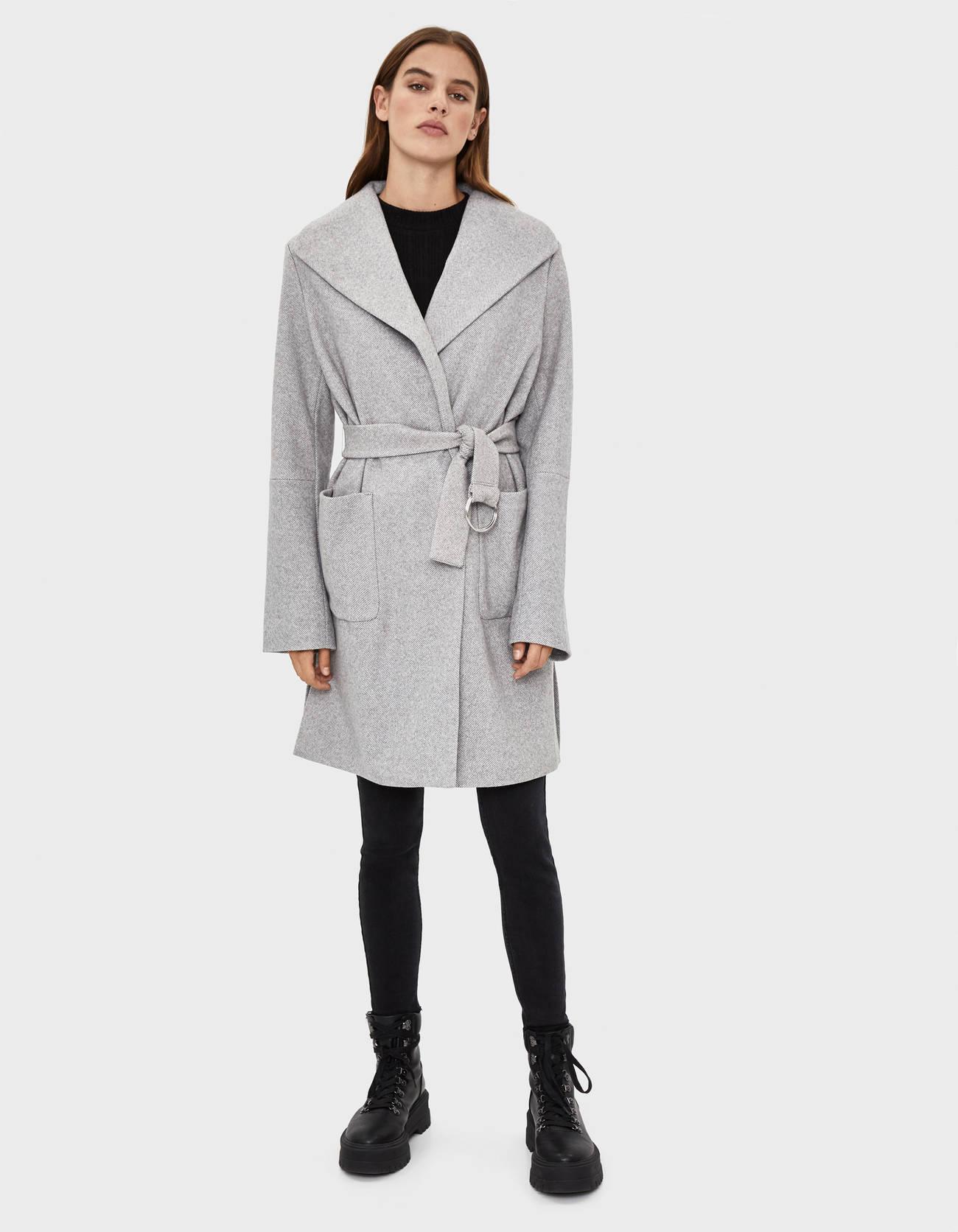 Длинное пальто с поясом СЕРЫЙ Bershka