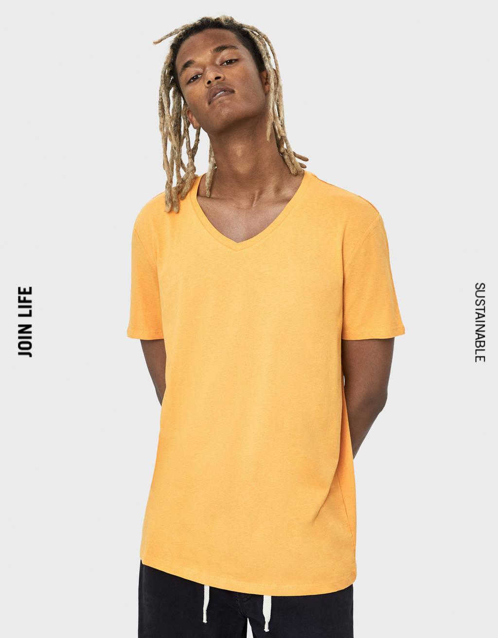 Marškinėliai su trikampe apykakle
