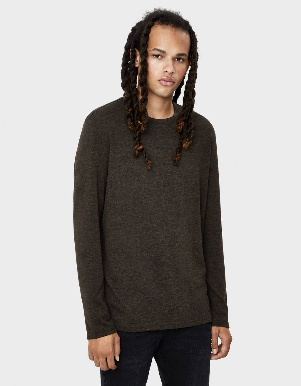 Round neck fine knit sweater