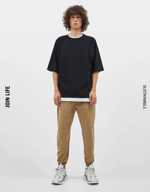T-shirt med kontrastfarvet kantbånd