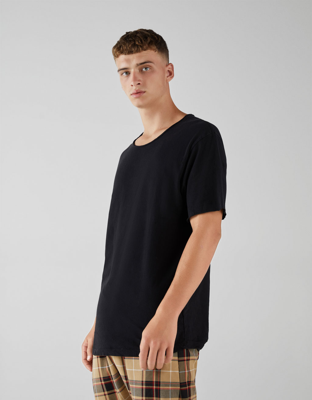 Plain t-shirt with ripped neck