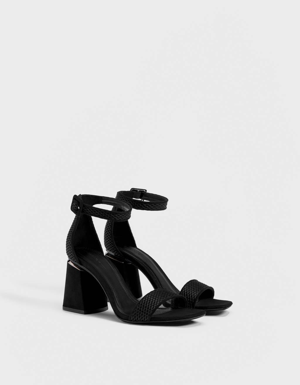 Sandales talon détail métallique.