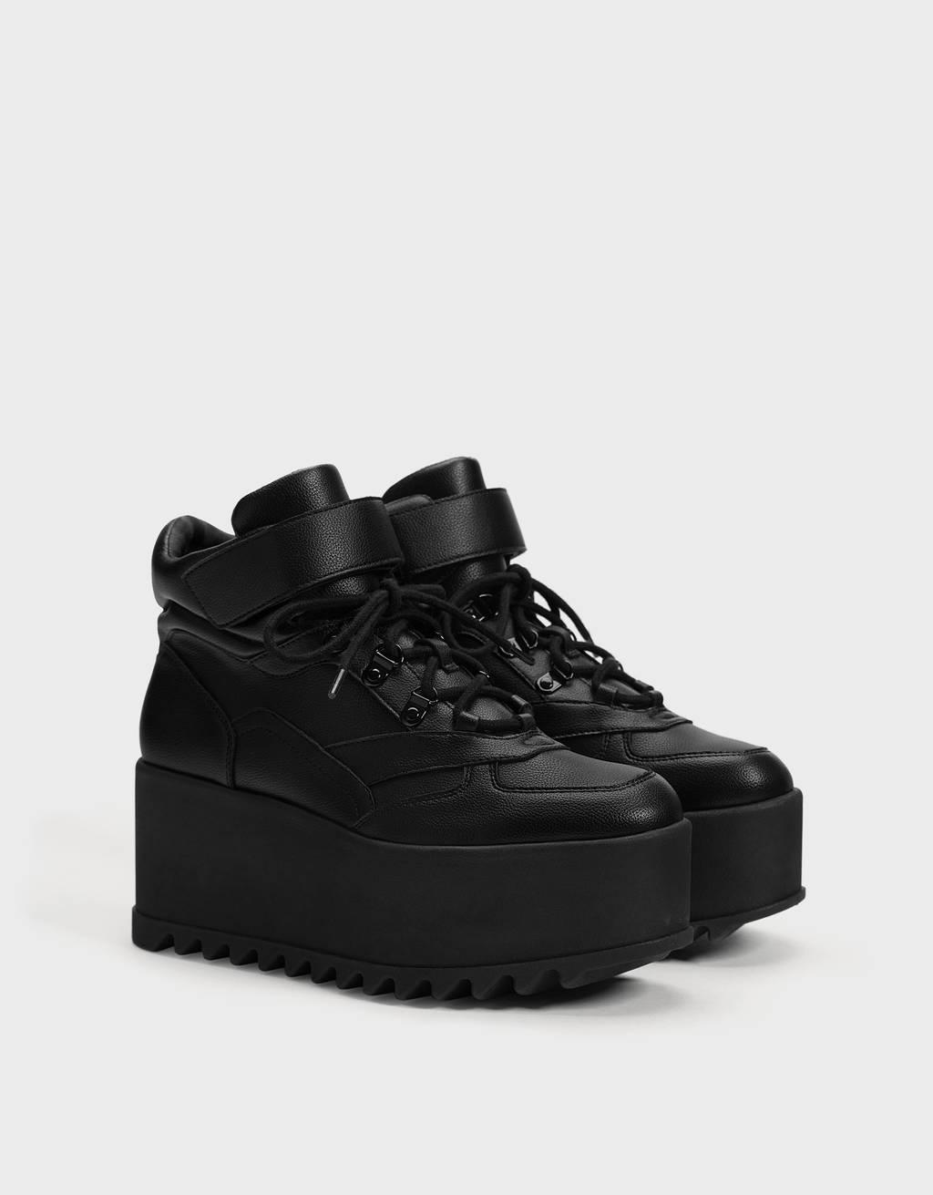 Sneaker con zeppa a tinta unita