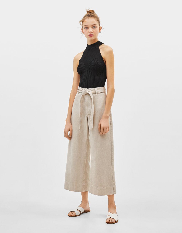 Culotte-Jeans mit Gürtel