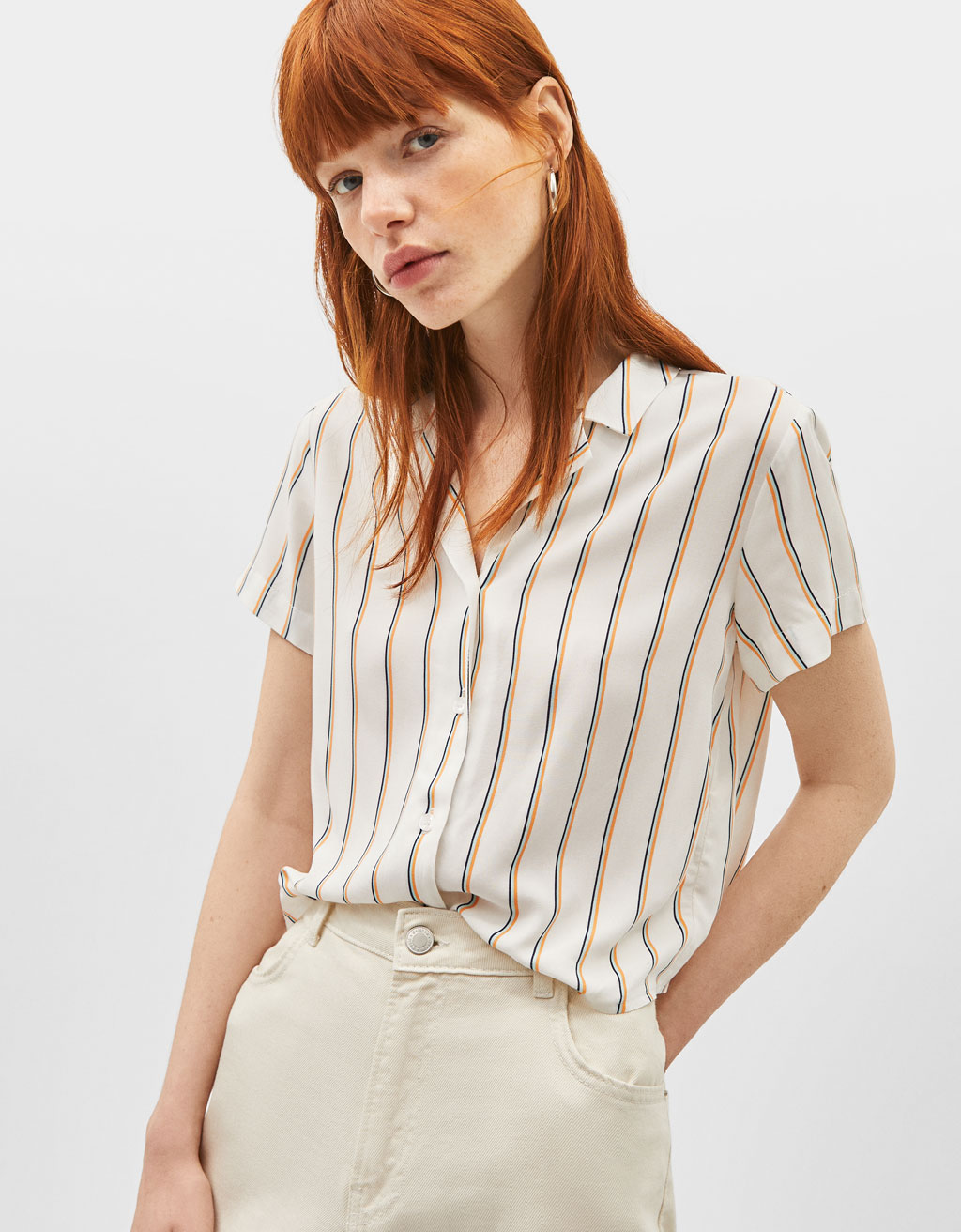 Knotted shirt with short sleeves