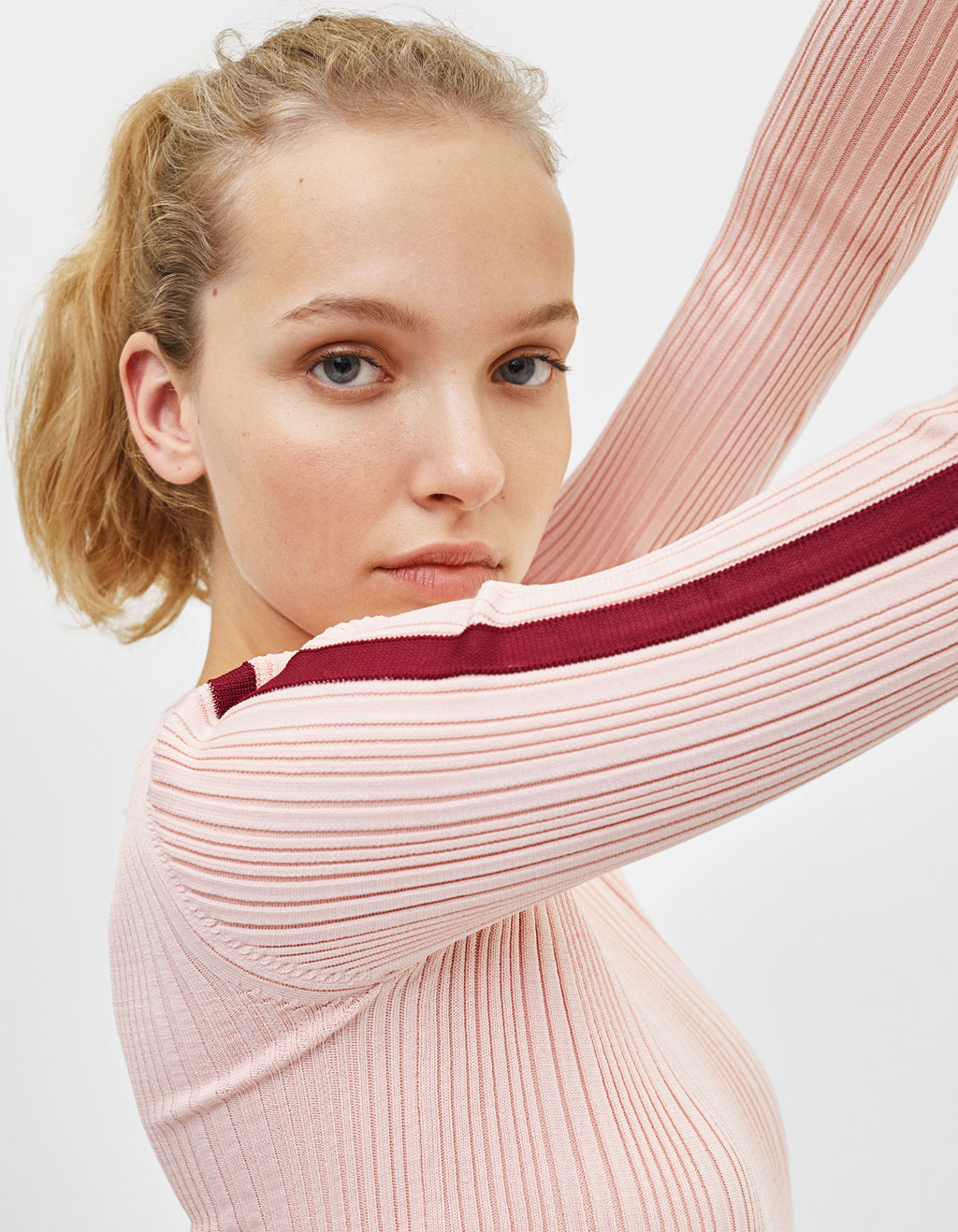Sweter z lampasem na rękawach