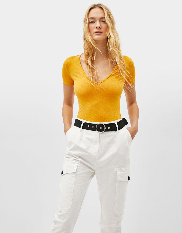 Camiseta elástica cuello pico