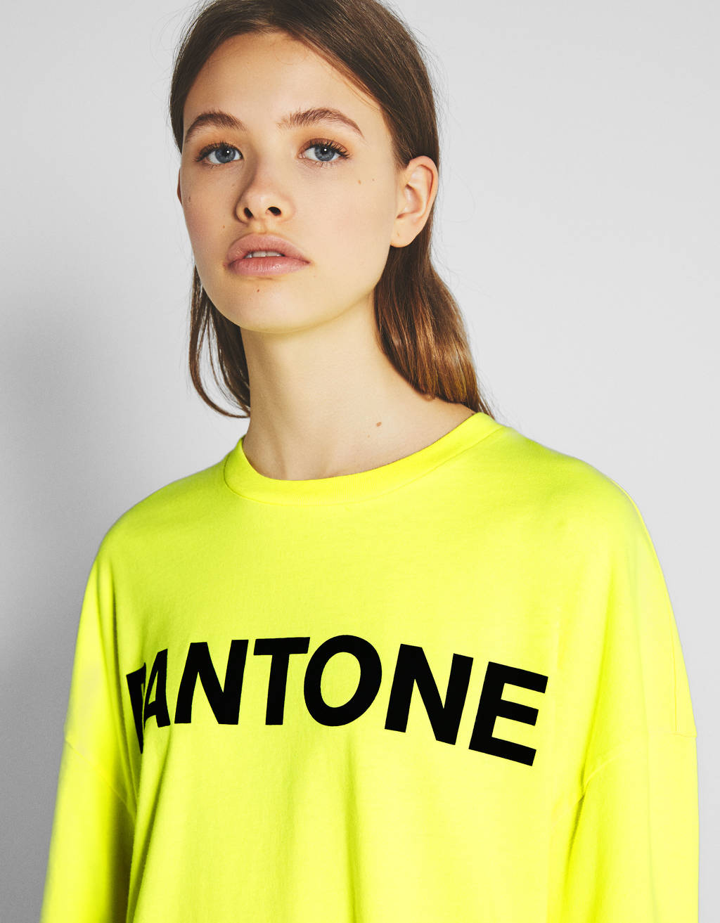 Shirt im Dad-Fit Bershka + PANTONE
