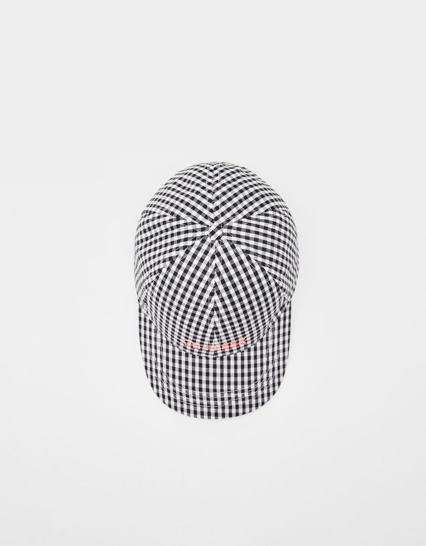 Kapa s karo vzorcem