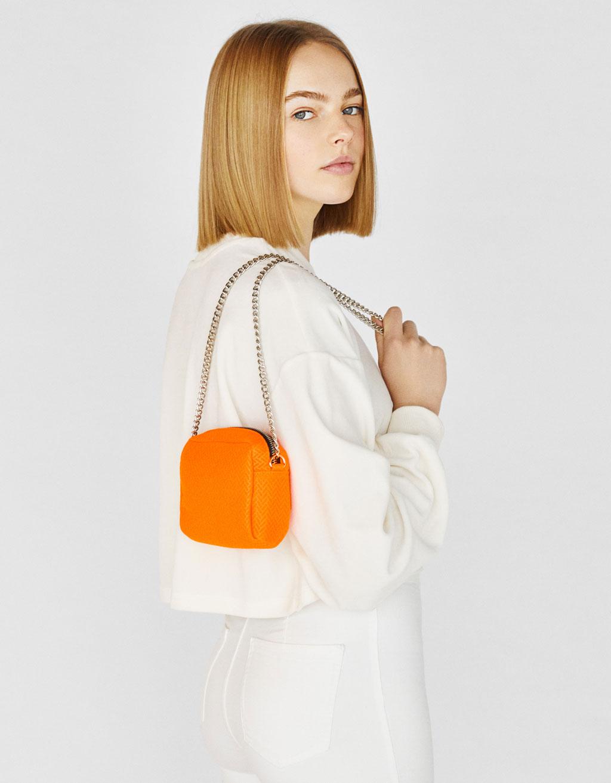 Neonfarvet taske med kæde