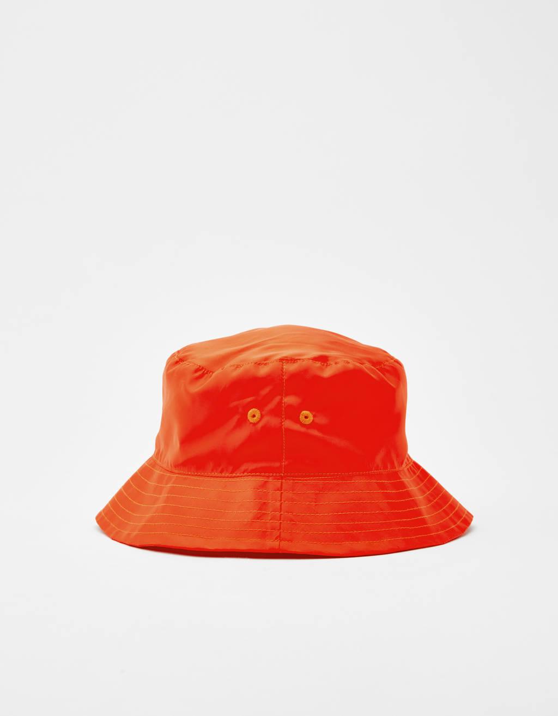 Bershka + PANTONE hat