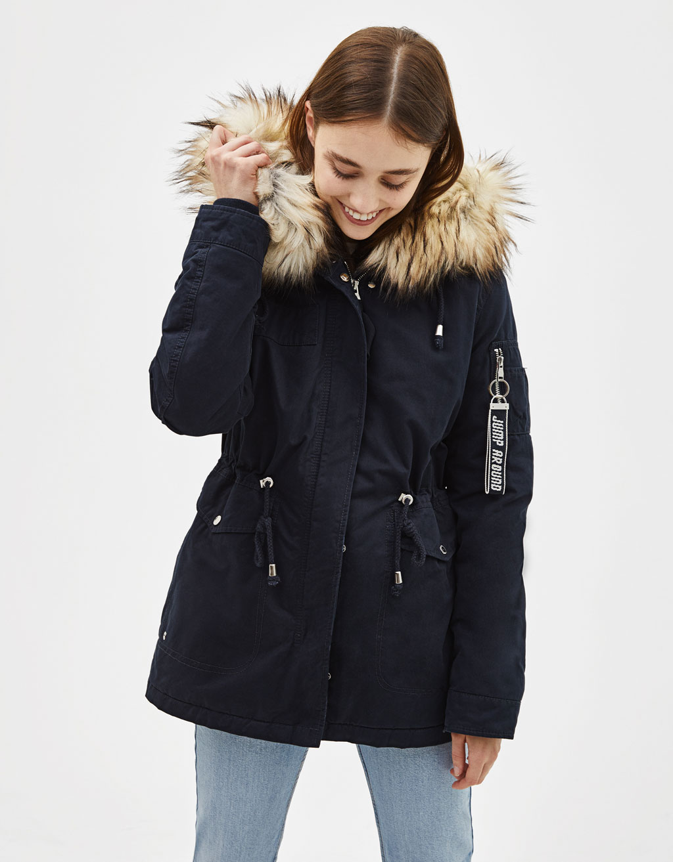 Abrigo tipo parka con capucha