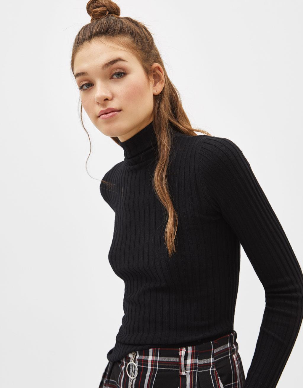 Vroubkovaný svetr s rolákem