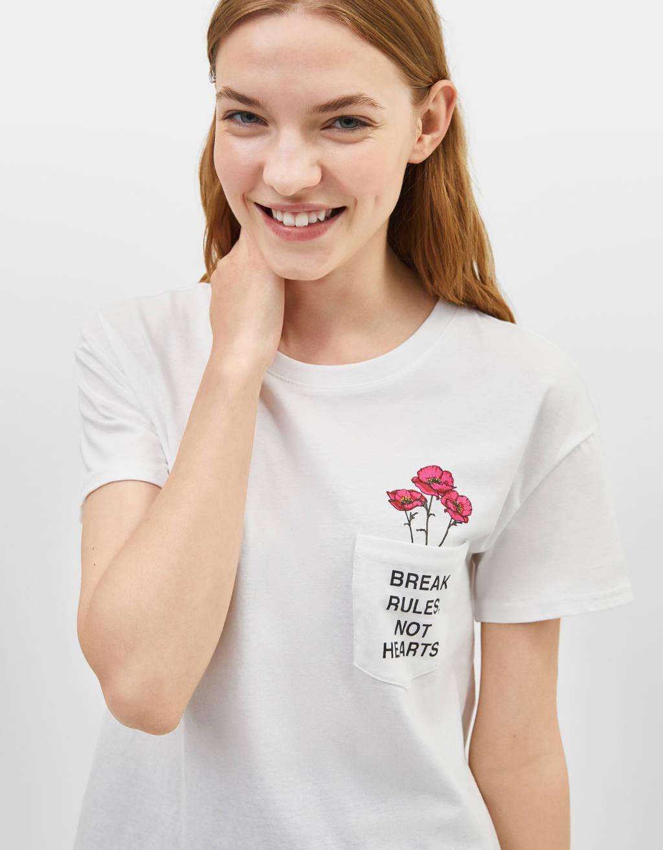 T-shirt estampada com mensagem e rosas