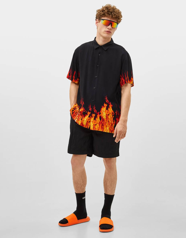 Camisa con estampado llama