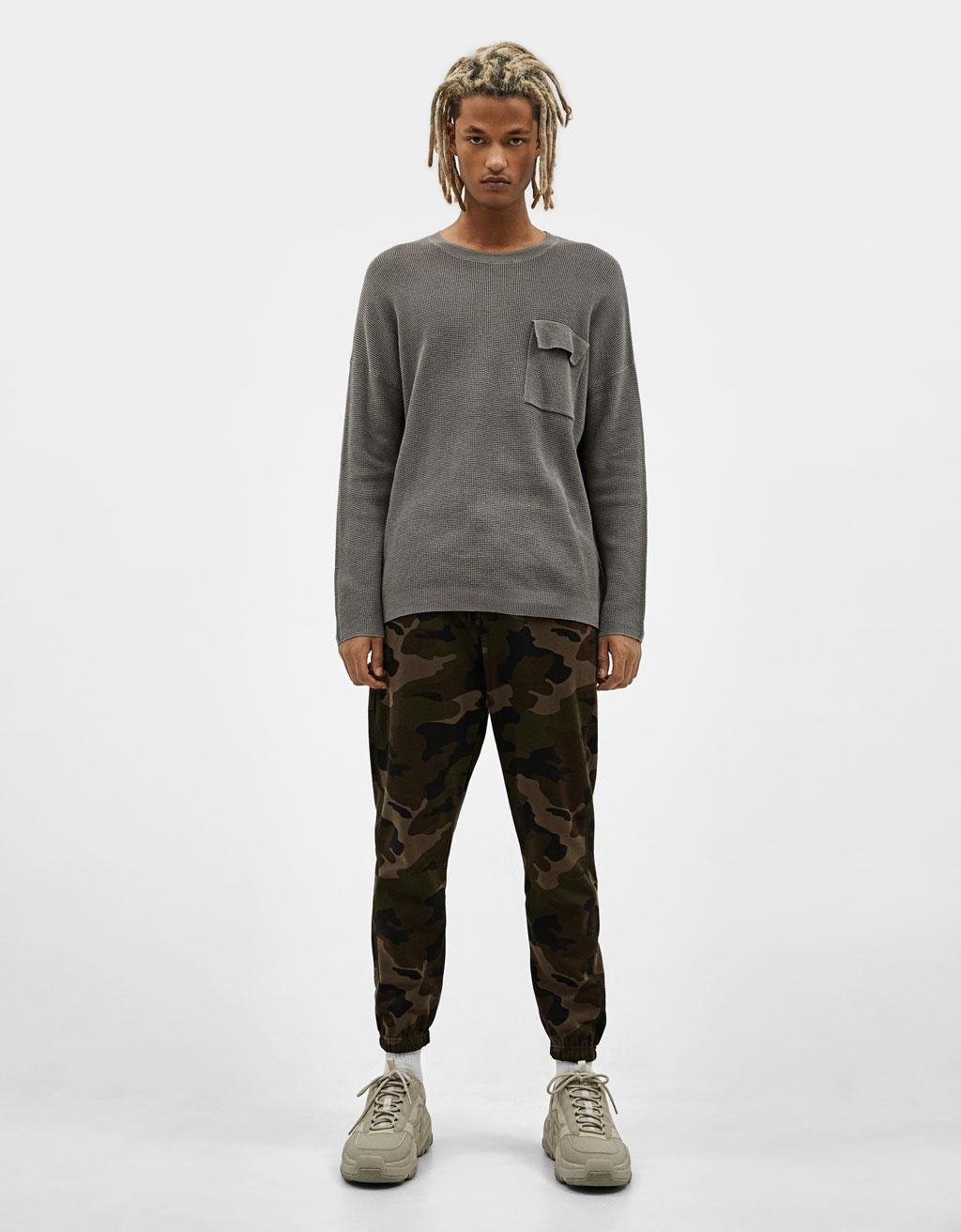 Stickad tröja med ficka
