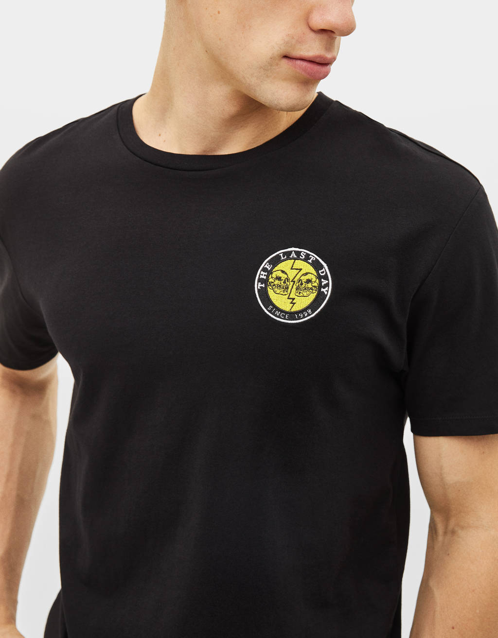 Camiseta con logo bordado