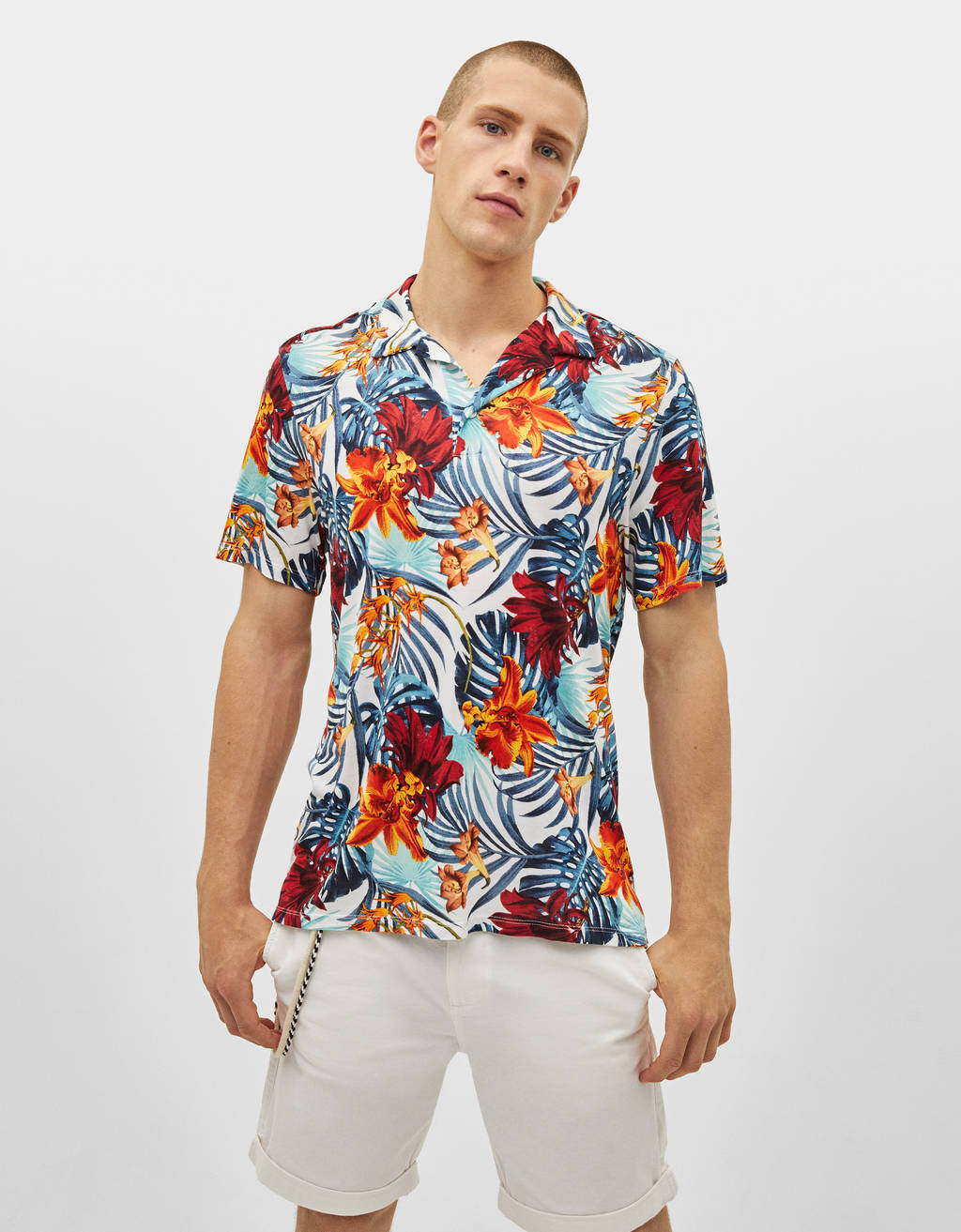 Camisa polo com estampado tropical
