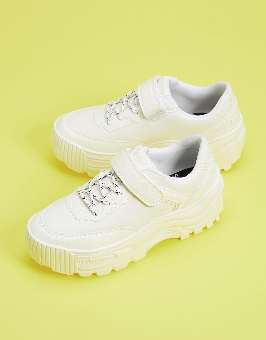 Enobarvni športni čevlji z debelim podplatom