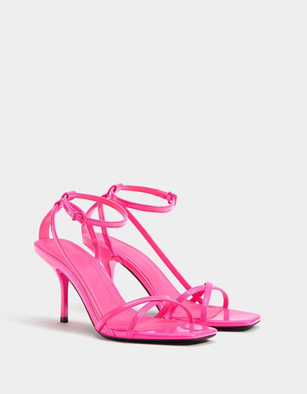 Sandály na podpatku s neonovými řemínky