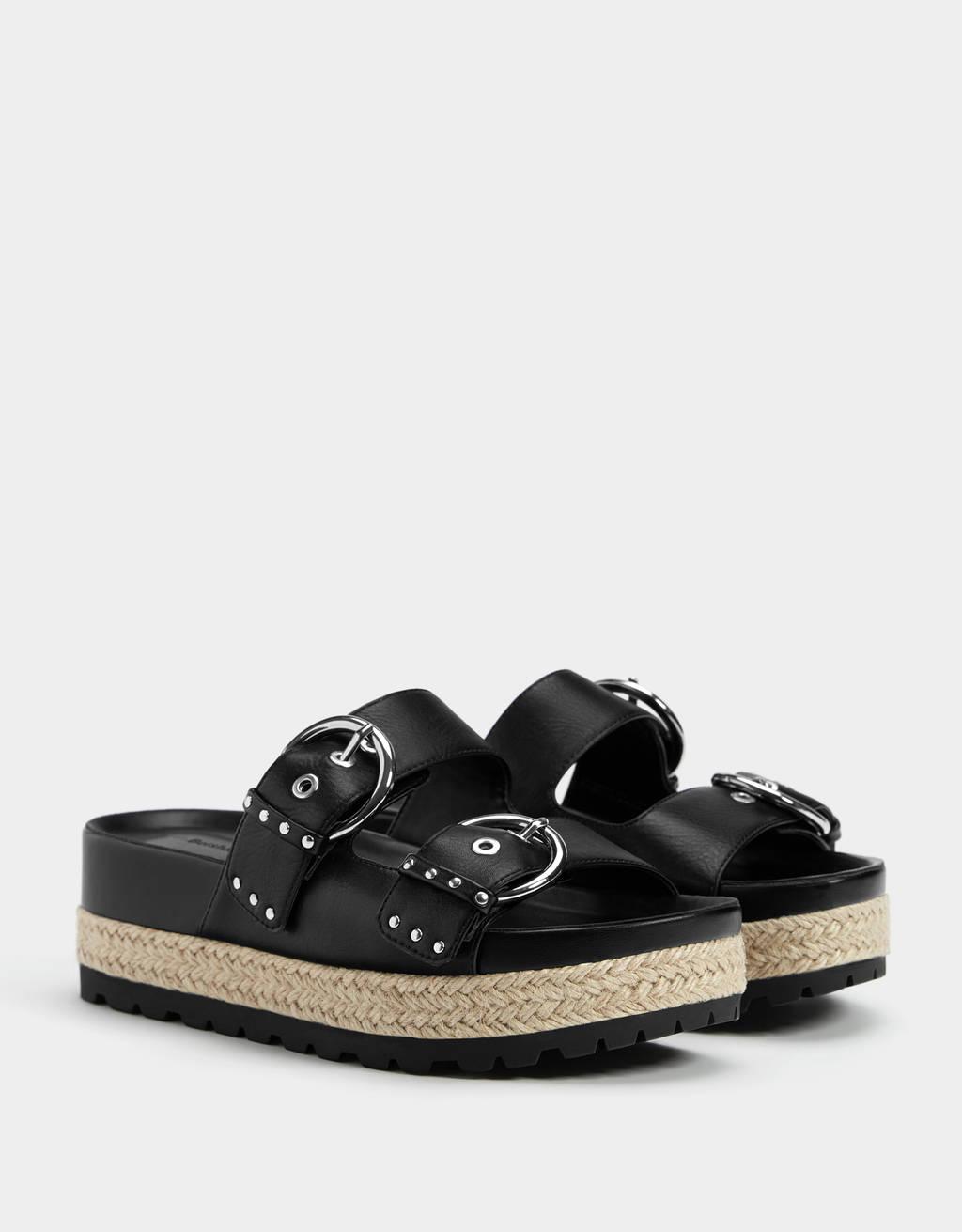 Sandale mit Plateau und Nieten