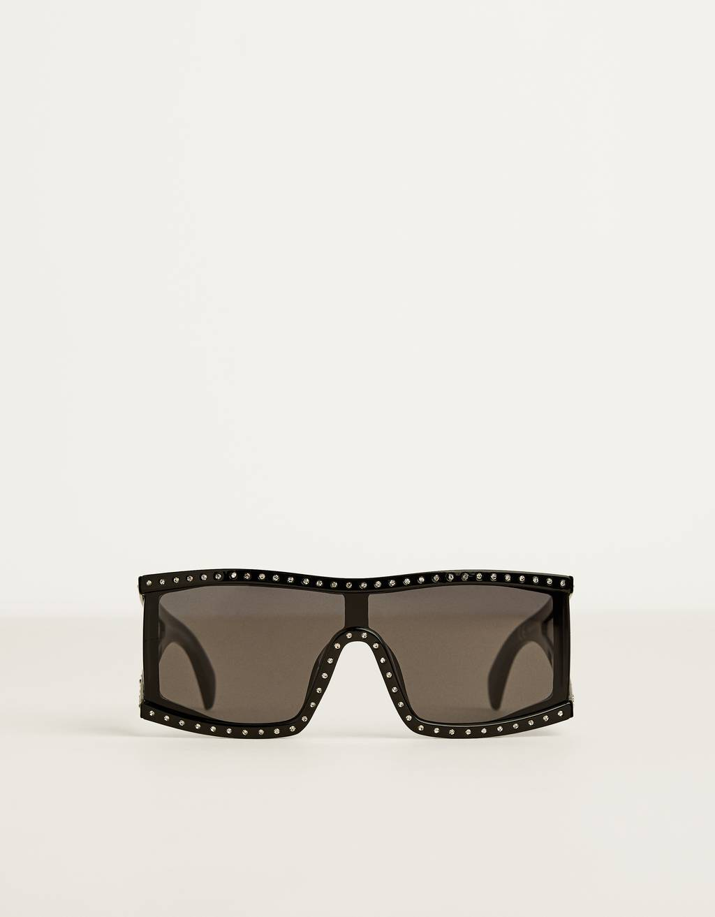 Sunglasses with shiny detail