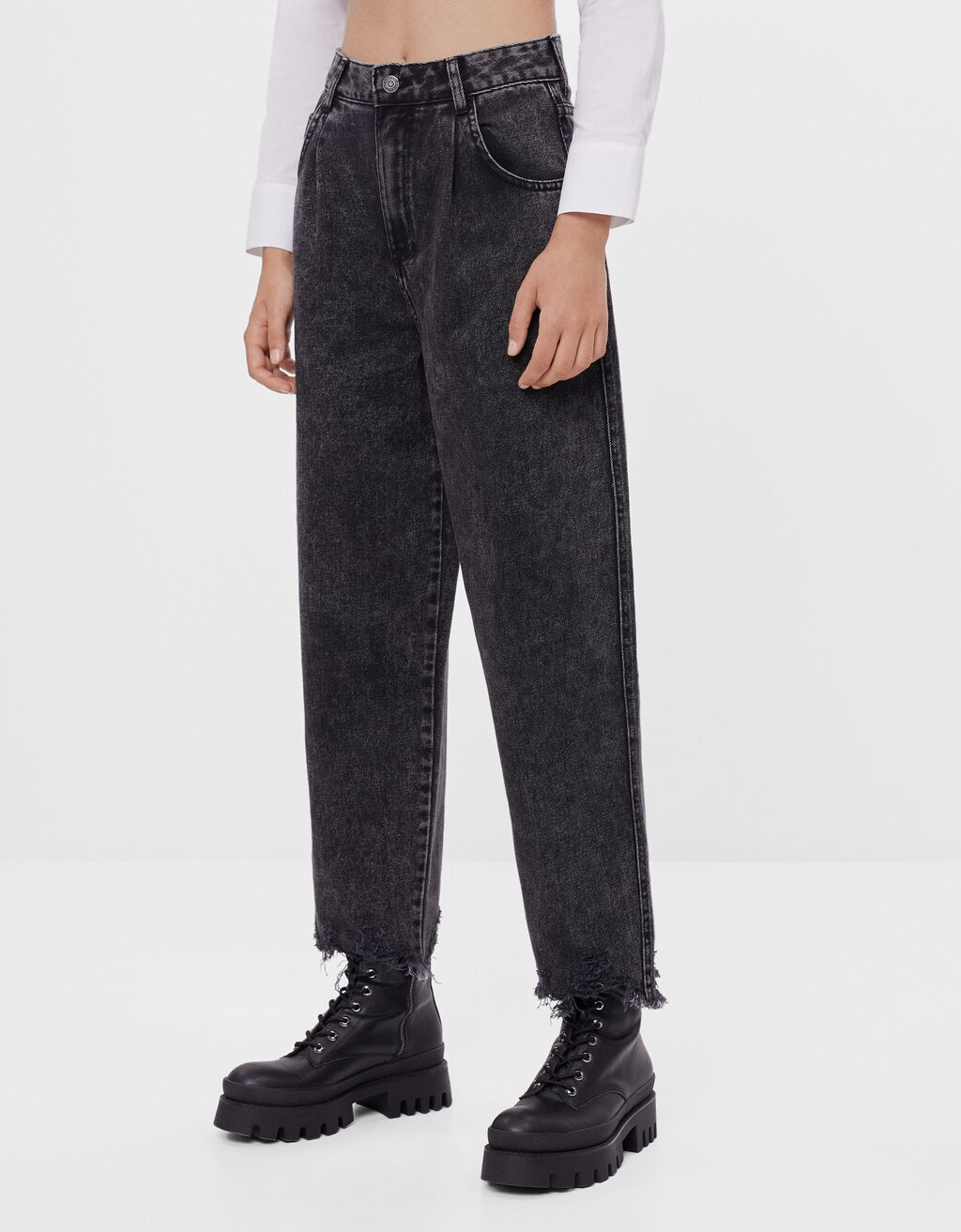 Balloon jeans with frayed hems