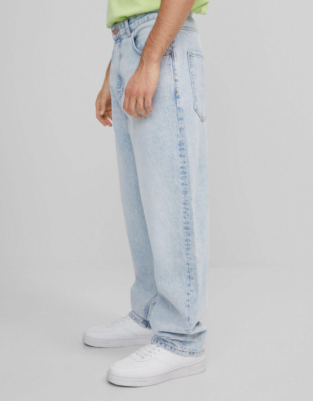 Wide-leg '90s jeans