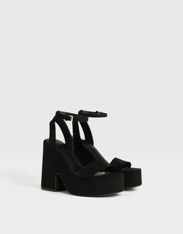 Sandale mit Absatz und Plateau