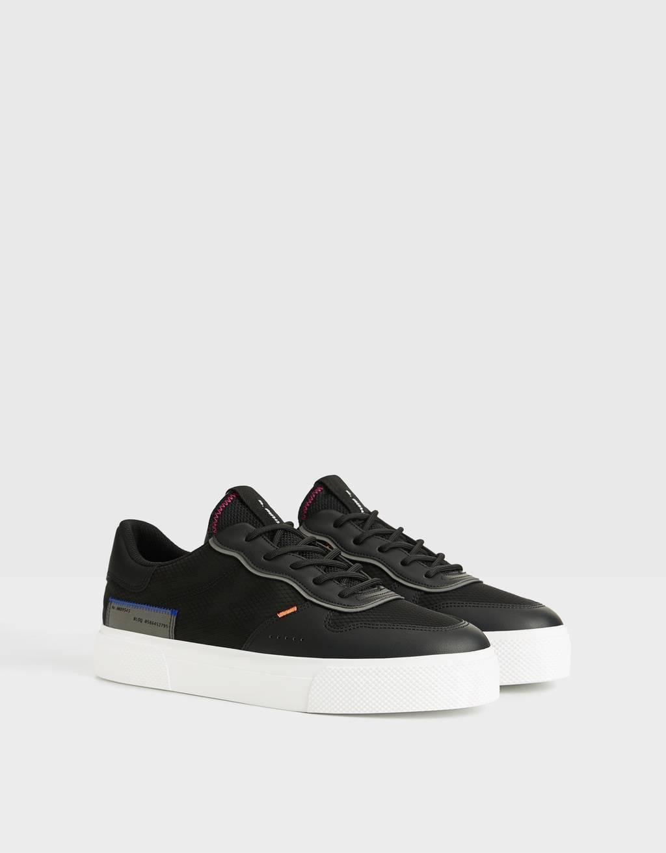 Contrasterende sneakers met gaasstof