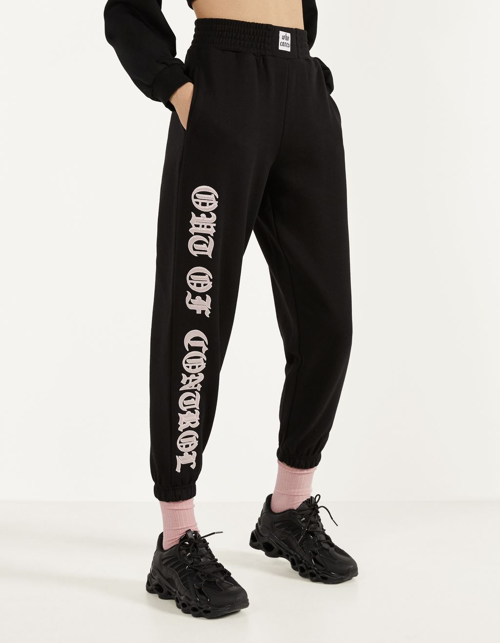 Pantalón jogger con bordado