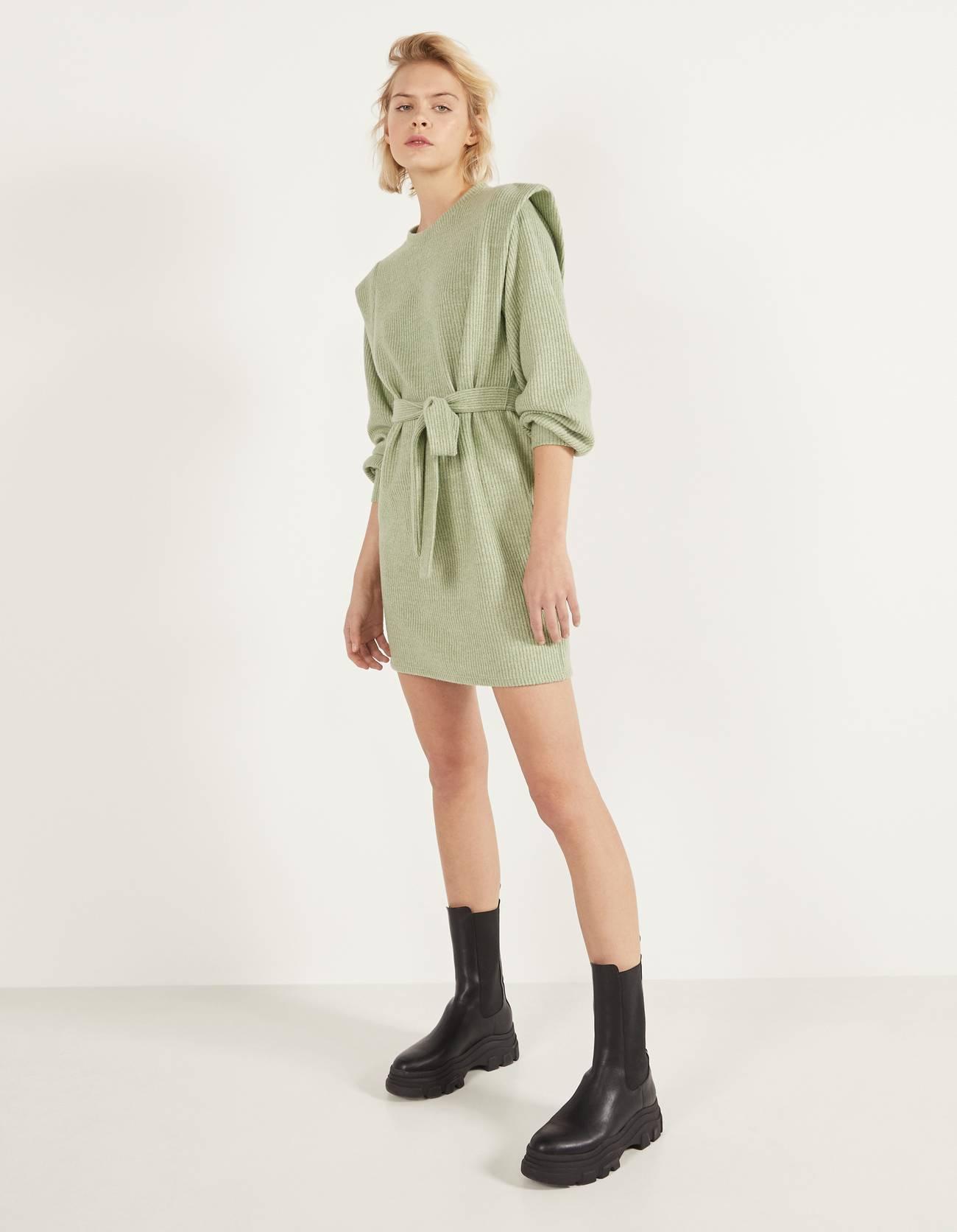 Платье в рубчик с поясом Зеленый Bershka