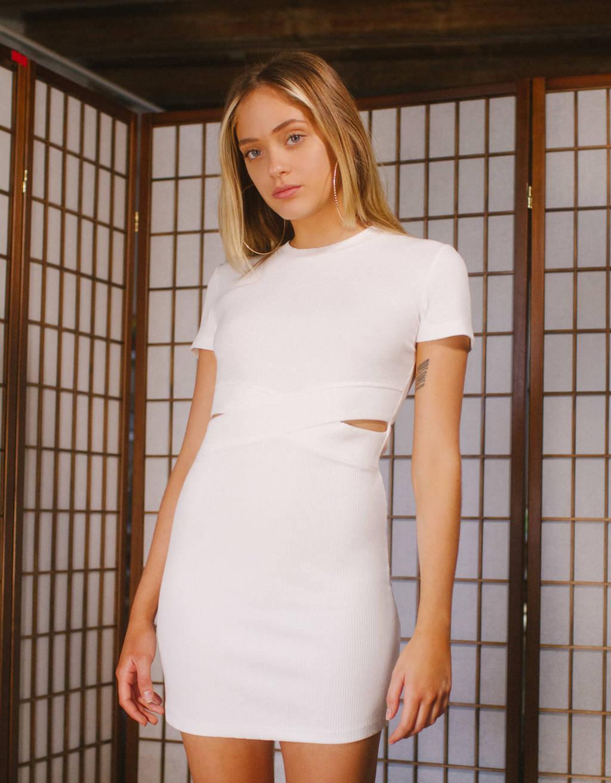Vestido curto con abertura