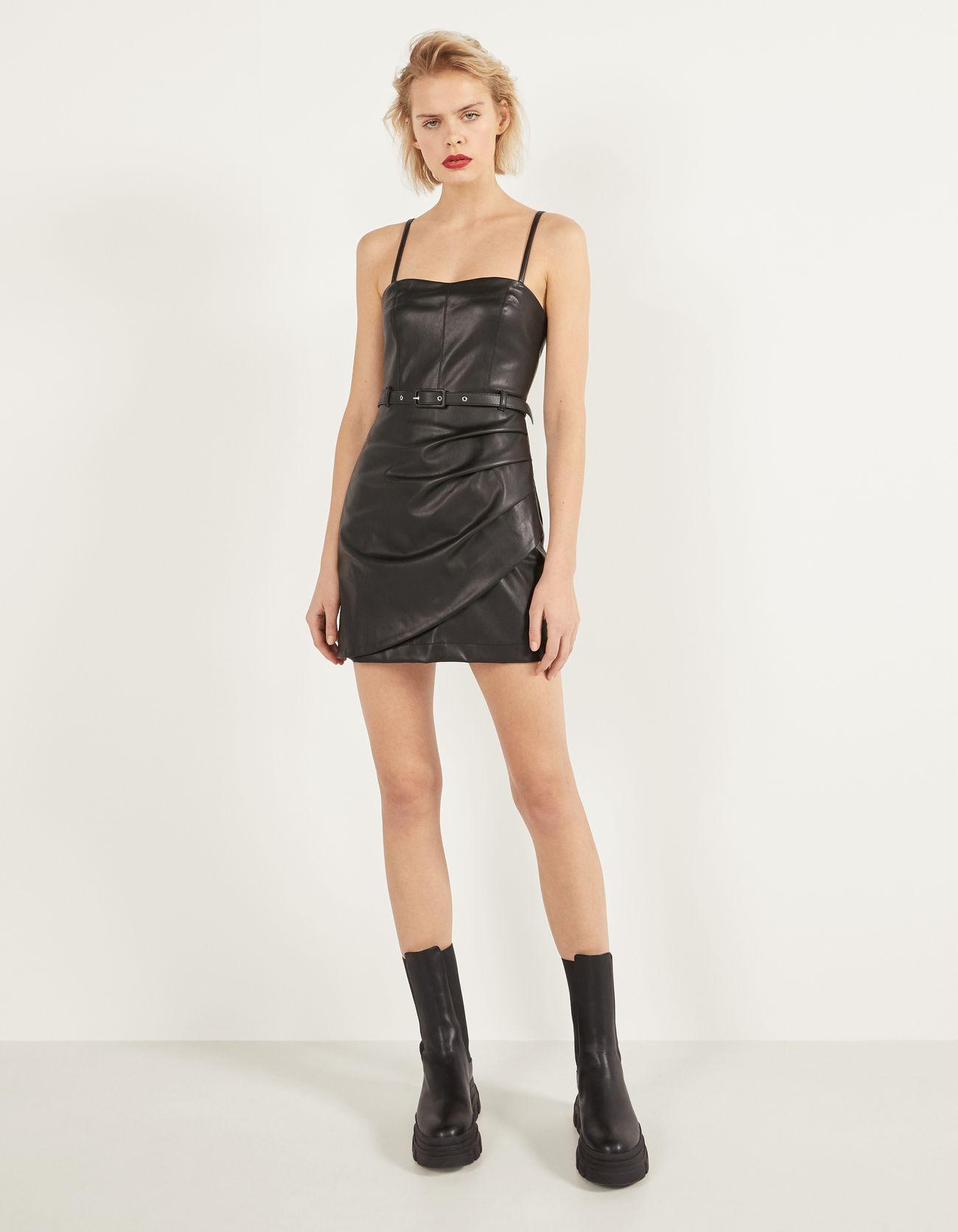 Короткое платье из искусственной кожи Черный Bershka