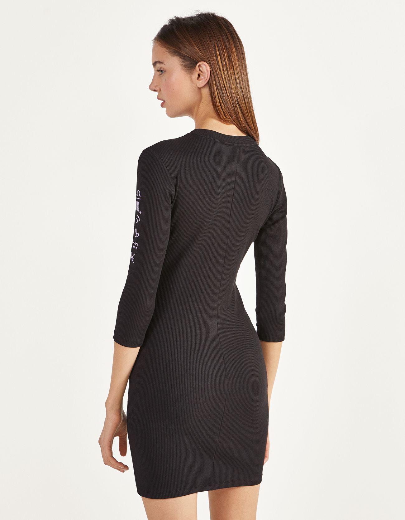 Короткое платье с вышивкой Черный Bershka