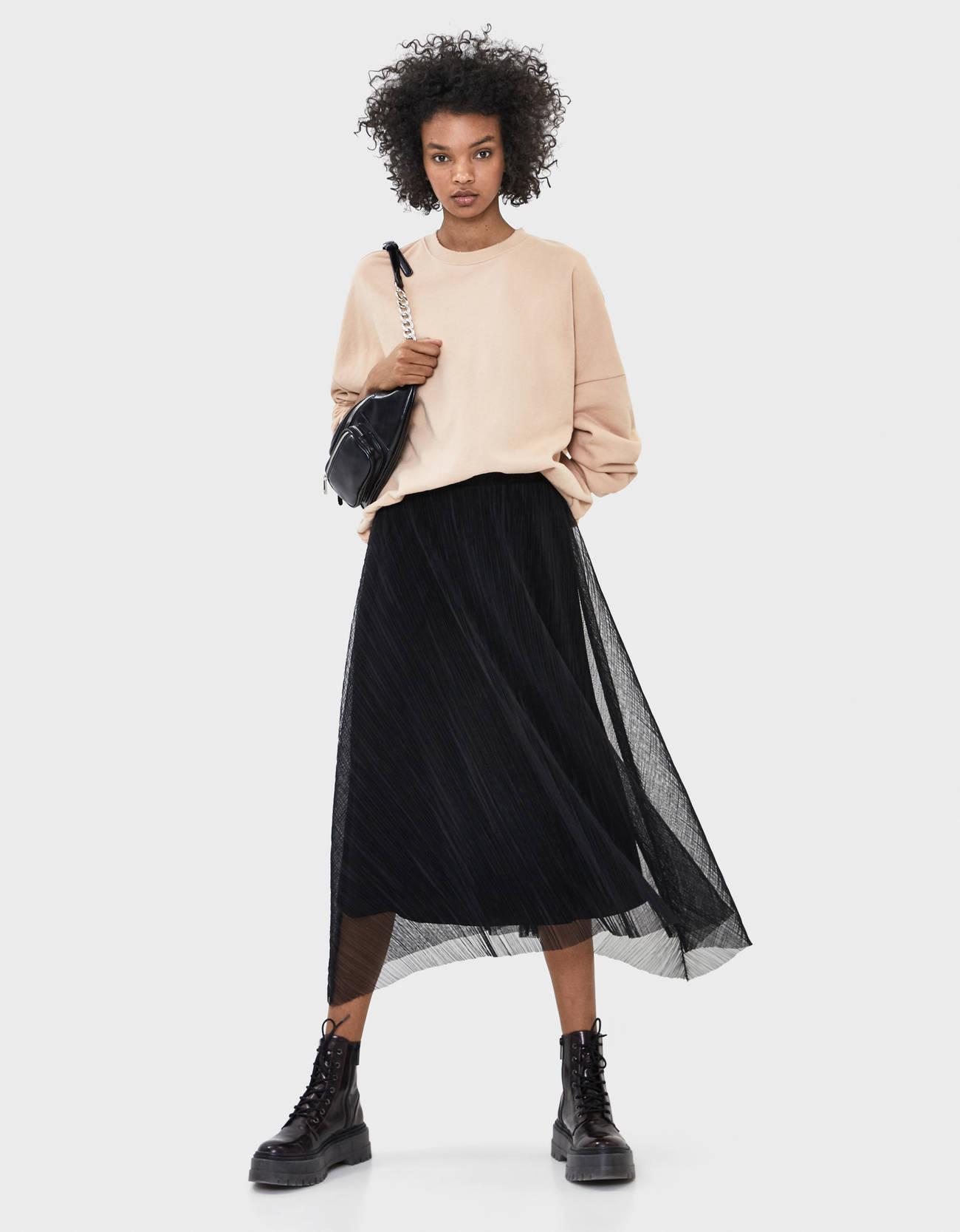 Плиссированная юбка миди из прозрачной ткани ЧЕРНЫЙ Bershka