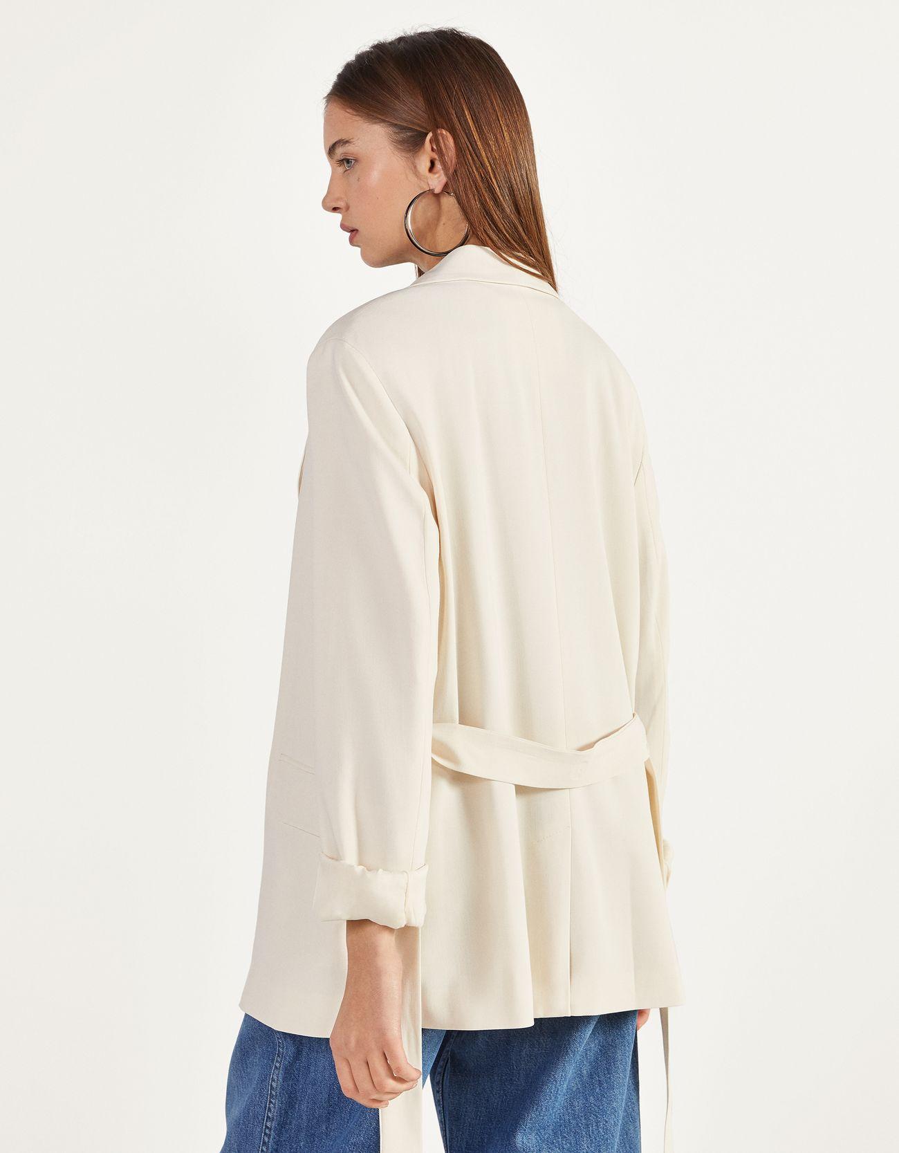 Пиджак с поясом Белый Bershka
